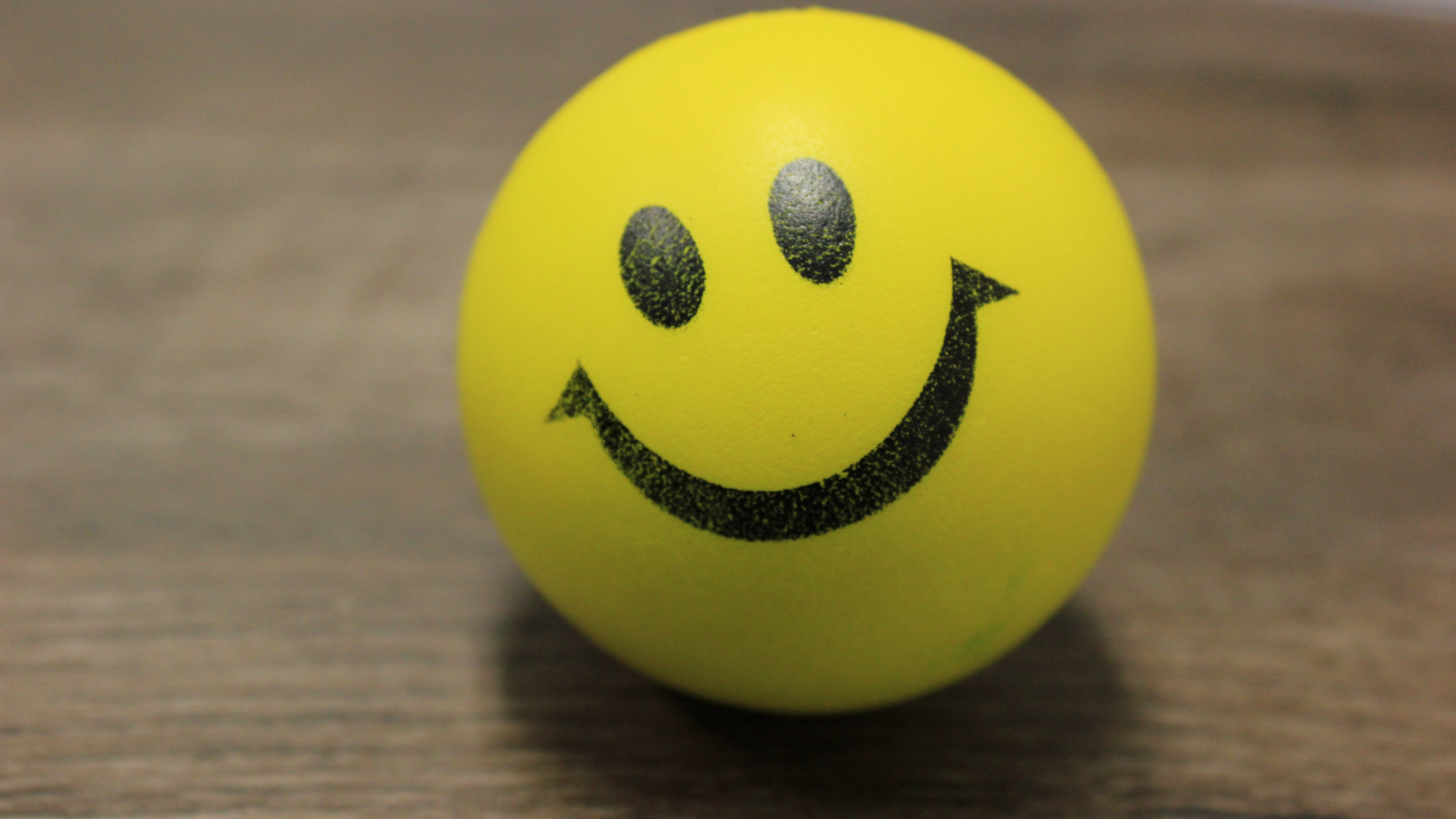smiley-ball-on-a-wooden-surface